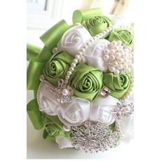 Nouvelle épouse de fruits frais à la main verte, tenant des fleurs