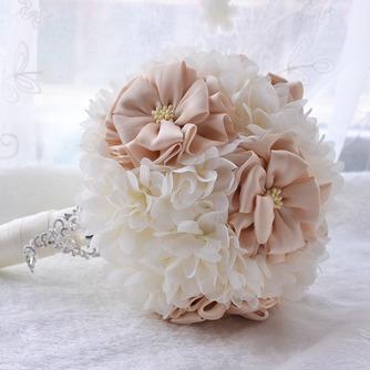 La société de mariage de mariage en plein air bouquet de mariage tenant les arrangements de mariage - Page 1
